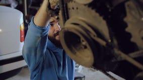 Ο αυτόματος μηχανικός βιδώνει το μέρος στην ανασταλμένη μηχανή απόθεμα βίντεο