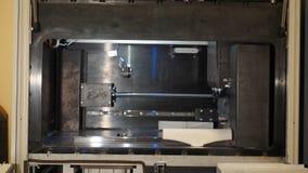 Ο αυτόματος τρισδιάστατος τρισδιάστατος εκτυπωτής εκτελεί τη δημιουργία προϊόντων Σύγχρονη τρισδιάστατη εκτύπωση ή πρόσθετη κατασ Στοκ Εικόνα