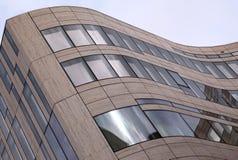 Ο αφηρημένος σύγχρονος έκαμψε το νέο κτήριο Στοκ φωτογραφία με δικαίωμα ελεύθερης χρήσης