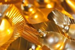 Ο αφηρημένος χρυσός λάμπει υπόβαθρο μετάλλων με τις γραμμές Στοκ εικόνα με δικαίωμα ελεύθερης χρήσης