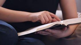 Ο αφοσιωμένος χρόνος μελέτης Βίβλων της φιλμ μικρού μήκους