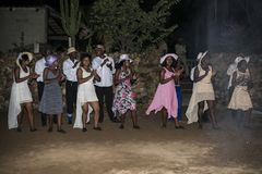 Ο αφρικανικοί άνδρας και η γυναίκα εκτελούν τη δεξίωση γάμου της Αφρικής Στοκ φωτογραφία με δικαίωμα ελεύθερης χρήσης