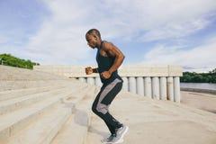 Ο αφρικανικός αθλητής νεαρών άνδρων επιταχύνει με την ενέργεια στους λευκαντές Στοκ Φωτογραφίες