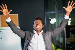 Ο αφρικανικός επιχειρηματίας στο γραφείο, χειρονομία επιτυχίας, στόχος έφθασε, ευτυχές άτομο Στοκ Εικόνα