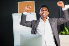 Ο αφρικανικός επιχειρηματίας στο γραφείο, χειρονομία επιτυχίας, στόχος έφθασε, ευτυχές άτομο Στοκ φωτογραφίες με δικαίωμα ελεύθερης χρήσης