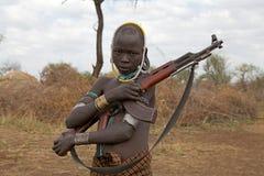 Αφρικανικός νεαρός άνδρας με το επιθετικό τουφέκι Στοκ Φωτογραφίες