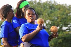 Ο αφρικανικός τραγουδιστής τραγουδά και χορεύει σε ένα γεγονός οδών στην Καμπάλα στοκ εικόνα με δικαίωμα ελεύθερης χρήσης