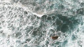 Ο αφρός θάλασσας διαμορφώνεται κοντά στην ακτή στον Ατλαντικό Ωκεανό στο νησί Tenerife, Ισπανία απόθεμα βίντεο