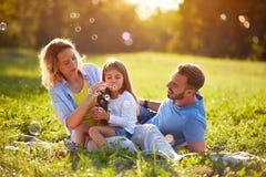Ο αφρός σούπας χτυπήματος παιδιών και κάνει τις φυσαλίδες στη φύση στοκ φωτογραφία