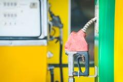 Ο αχρησιμοποίητος παλαιός διανομέας πετρελαίου αυτή τη στιγμή, το πετρέλαιο είναι πιθανώς ακριβός στοκ εικόνα με δικαίωμα ελεύθερης χρήσης