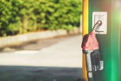 Ο αχρησιμοποίητος παλαιός διανομέας πετρελαίου αυτή τη στιγμή, το πετρέλαιο είναι πιθανώς ακριβός στοκ φωτογραφία
