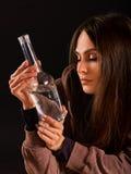 Ο αλκοολισμός γυναικών είναι κοινωνικό πρόβλημα Θηλυκή φτωχή υγεία αιτίας κατανάλωσης Στοκ Φωτογραφίες