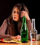 Ο αλκοολισμός γυναικών είναι κοινωνικό πρόβλημα Θηλυκή φτωχή υγεία αιτίας κατανάλωσης Στοκ εικόνες με δικαίωμα ελεύθερης χρήσης