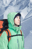 Ο αλπινιστής ατόμων ανατρέχει ενάντια σε ένα τοπίο χειμερινών βουνών Στοκ φωτογραφία με δικαίωμα ελεύθερης χρήσης