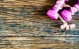 ο αλτήρας, που μετρά την ταινία στο ξύλινο υπόβαθρο, αθλητισμός Στοκ εικόνα με δικαίωμα ελεύθερης χρήσης