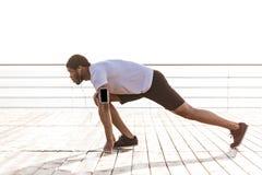 Ο βέβαιος αφρικανικός νέος αθλητικός τύπος είναι έτοιμος να τρέξει Στοκ φωτογραφία με δικαίωμα ελεύθερης χρήσης