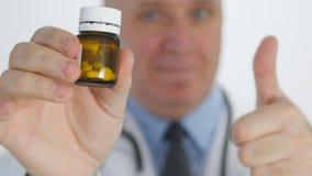 Ο βέβαιος γιατρός φυλλομετρεί να παρουσιάσει φάρμακα συστήνοντας τα νέα χάπια βιταμινών απόθεμα βίντεο
