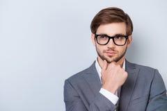 Ο βέβαιος σκεπτικός όμορφος γενειοφόρος νεαρός άνδρας φαίνεται μακριά wea Στοκ Εικόνα