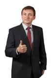 Ο βέβαιος ώριμος επιχειρηματίας εγκρίνει την απόφαση και παρουσιάζει αντίχειρα Στοκ Εικόνες