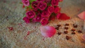 Ο βαλεντίνος μήκους σε πόδηα διακοσμήσεων της ανθοδέσμης λουλουδιών, κάψιμο κεριών και αυξήθηκε πέταλα απόθεμα βίντεο