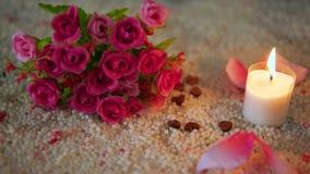 Ο βαλεντίνος μήκους σε πόδηα διακοσμήσεων της ανθοδέσμης λουλουδιών, κάψιμο κεριών και αυξήθηκε πέταλα φιλμ μικρού μήκους