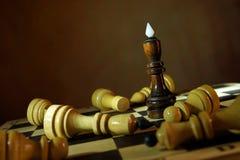 Ο βασιλιάς σκακιού κέρδισε όλους τους εχθρούς Συνολική νίκη Στοκ εικόνες με δικαίωμα ελεύθερης χρήσης