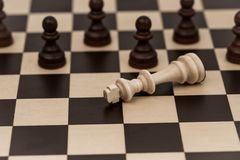 Ο βασιλιάς στο σκάκι έχει πέσει σε διάφορα ενέχυρα στοκ φωτογραφίες με δικαίωμα ελεύθερης χρήσης