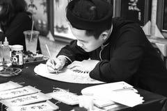Ο βιετναμέζικος μελετητής γράφει την καλλιγραφία στο σεληνιακό νέο φεστιβάλ καλλιγραφίας έτους Στοκ Φωτογραφίες