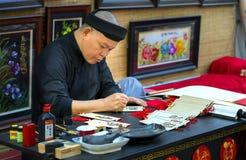 Ο βιετναμέζικος μελετητής γράφει την καλλιγραφία στο σεληνιακό νέο φεστιβάλ καλλιγραφίας έτους Στοκ εικόνα με δικαίωμα ελεύθερης χρήσης