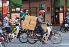 Ο βιετναμέζικος μοτοσυκλετιστής οδηγεί τα κιβώτια Στοκ εικόνες με δικαίωμα ελεύθερης χρήσης