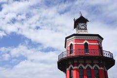 Ο βικτοριανός πύργος ρολογιών γοτθικός-ύφους είναι ένα εικονίδιο του παλαιού ασβεστίου Στοκ φωτογραφία με δικαίωμα ελεύθερης χρήσης