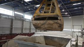 Ο βιομηχανικός γερανός, γερανός ατσάλινων σκελετών, γερανός ραγών κινεί τις πρώτες ύλες στην επιχείρηση, γενικό σχέδιο απόθεμα βίντεο