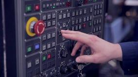 Ο βιομηχανικός εργάτης είναι CNC καθιέρωσης μηχανή τόρνου στο εργοστάσιο απόθεμα βίντεο