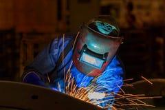 Ο βιομηχανικός εργάτης ενώνει στενά το αυτοκίνητο μέρος συνελεύσεων στο εργοστάσιο αυτοκινήτων Στοκ φωτογραφίες με δικαίωμα ελεύθερης χρήσης