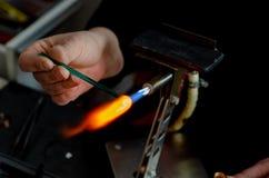Ο βιοτέχνης καθιστά ένα προϊόν φιαγμένο από γυαλί στοκ εικόνες