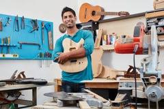 Ο βιοτέχνης παρουσιάζει χειροποίητο σώμα κιθάρων Στοκ φωτογραφίες με δικαίωμα ελεύθερης χρήσης