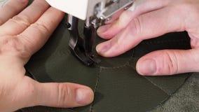 Ο βιοτέχνης ράβει τη σακούλα τσεπών στη ράβοντας μηχανή κοντά επάνω απόθεμα βίντεο