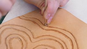 Ο βιοτέχνης σφραγίζει το ντεκόρ στο δέρμα με το εργαλείο σφράγισης υποβάθρου Shader αχλαδιών απόθεμα βίντεο
