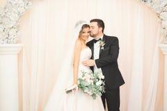 Ο βλαστός γαμήλιων φωτογραφιών των newlyweds συνδέει σε μια όμορφη τοποθέτηση ξενοδοχείων κοντά στο παράθυρο στοκ φωτογραφίες με δικαίωμα ελεύθερης χρήσης