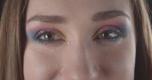 Ο βλαστός κινηματογραφήσεων σε πρώτο πλάνο του νέου αρκετά καυκάσιου σύντομου μαλλιαρού θηλυκού προσώπου με ακτινοβολεί makeup εξ απόθεμα βίντεο