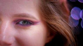 Ο βλαστός κινηματογραφήσεων σε πρώτο πλάνο του νέου ελκυστικού καυκάσιου θηλυκού προσώπου με ισχύων κατά το ήμισυ ακτινοβολεί ρόδ απόθεμα βίντεο