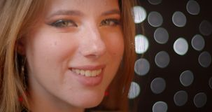 Ο βλαστός σχεδιαγράμματος του ξανθού προτύπου με ακτινοβολεί στροφές σύνθεσης στη κάμερα και χαμόγελα ευτυχώς στο υπόβαθρο bokeh απόθεμα βίντεο