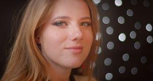 Ο βλαστός σχεδιαγράμματος του ξανθού προτύπου με ακτινοβολεί χαμόγελα σύνθεσης ευτυχώς στη κάμερα στο υπόβαθρο bokeh απόθεμα βίντεο