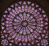 Ο Βορράς αυξήθηκε λεκιασμένο παράθυρο γυαλιού στον καθεδρικό ναό της Παναγίας των Παρισίων, Γαλλία Στοκ εικόνες με δικαίωμα ελεύθερης χρήσης