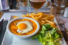 Ο Βορράς του ουαλλέζικου rarebit της Γαλλίας με την μπύρα Στοκ φωτογραφίες με δικαίωμα ελεύθερης χρήσης