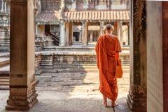 Ο βουδιστικός μοναχός που εξερευνά τα προαύλια Angkor Wat σε Siem συγκεντρώνει Στοκ Εικόνες