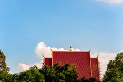 Ο βουδιστικός ναός της Ταϊλάνδης και του ουρανού είναι φωτεινός φύση Ταϊλανδός Στοκ φωτογραφία με δικαίωμα ελεύθερης χρήσης