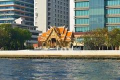 Ο βουδιστικός ναός στα πλαίσια των σύγχρονων κτηρίων bangkok thailand Στοκ φωτογραφία με δικαίωμα ελεύθερης χρήσης