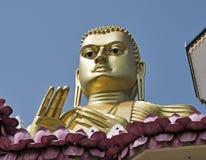 Ο Βούδας κοιτάζει πέρα από το χρυσό ναό Στοκ φωτογραφία με δικαίωμα ελεύθερης χρήσης