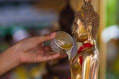 Ο Βούδας χύνει το νερό Στοκ εικόνα με δικαίωμα ελεύθερης χρήσης